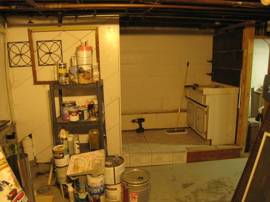 The framework around the sink has been removed, here. Still lots to go.