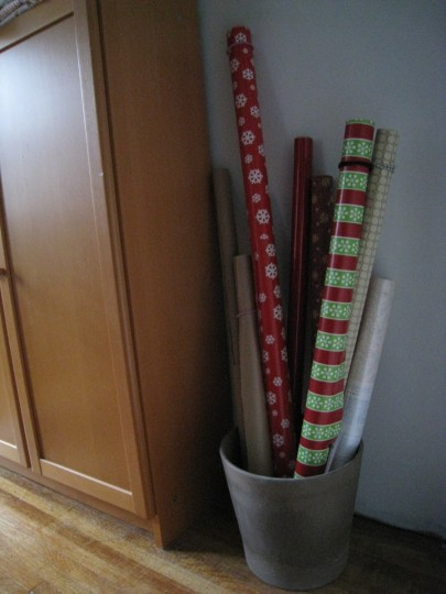 Wrapping paper being orderly with the help of an IKEA flowerpot.