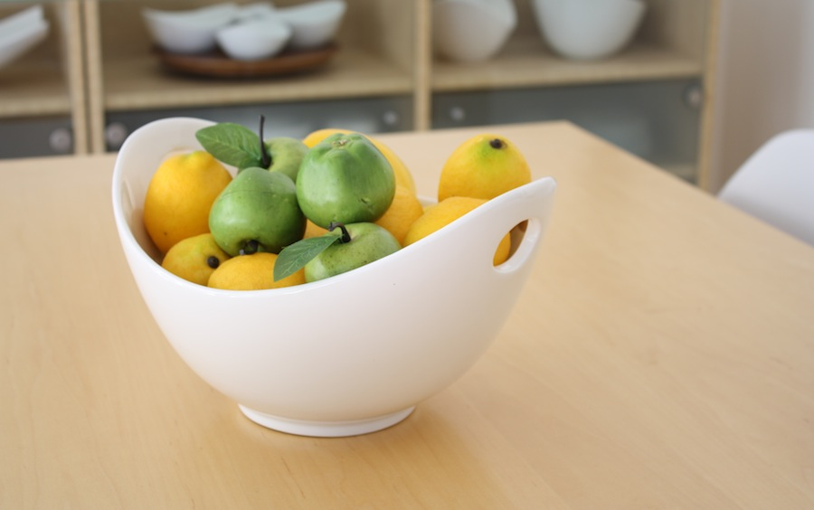 Accent decor in the dining room: apples and lemons.