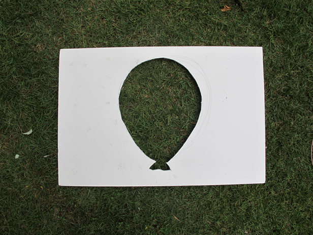 Balloon template for a DIY freestanding party photo backdrop.