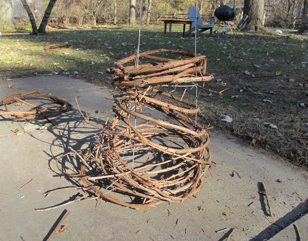 How to make a faux outdoor Christmas tree using a tomato trellis cage for shape and structure.